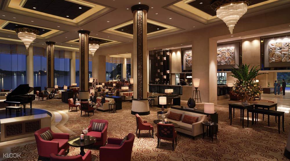การตกแต่งภายในของร้านล็อบบี้ เลาจน์ ในโรงแรมแชงกรี-ลา กรุงเทพฯ